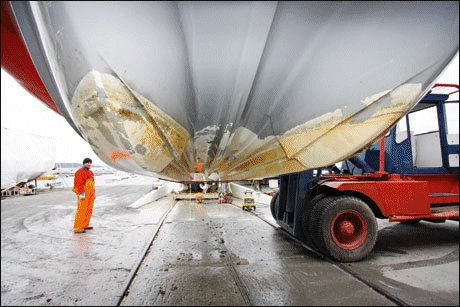 REN: Skikkelig rengjøring gir bedre heftestyrke. Det er også stor forskjell på hvordan de forskjellige bunnstoffene er å påføre båten. Foto: Frode Pedersen/Båtliv